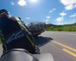 よそ見をしていてトラックに突っ込むバイクが悲惨な件についてw