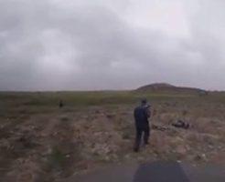 戦場で自爆に巻き込まれる兵士たち
