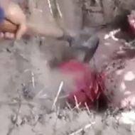 拘束され穴に落とされた男が鎌で頭を突き刺される