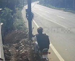 ヘルメットを着けていない二人乗りのバイクが電柱に激突w