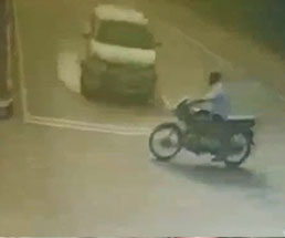 このバイクと車、悪いのはどっちなんだろ?