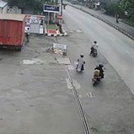 道路へ向かっていくバイク2台と徒歩1人をいきなりトラックが襲う…