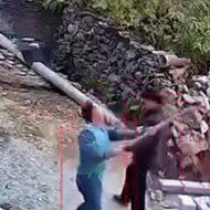 鍬で頭をぶん殴られビクンビクンと痙攣する男性