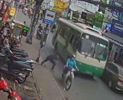 通り過ぎるバスに滑り込み頭を轢かせて自殺する男性