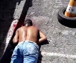 うつ伏せで倒れている男が何発も身体に撃ち込まれて穴が開きまくり…