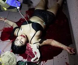 売春婦が後ろから喉を斬りつけられ殺害される