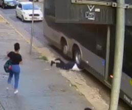 走り出すバスのタイヤに頭を突っ込み周りにトラウマを与える