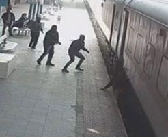 プラットホームに落ちた男性が電車に挟まれごろごろグルグル…