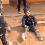 捕まった強盗が逃げられないように拘束され拷問される