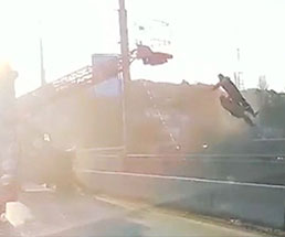 トラックと作業中のクレーン車が激突したら…