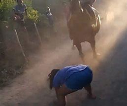 競馬を間近で観戦してテンションマックスな少女が…