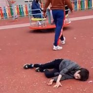 【胸糞注意】公園で遊んでいた子供が突然やって来た父親から地面に叩きつけられる