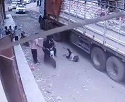 最悪なタイミングが重なり子供がトラックの下敷きに…