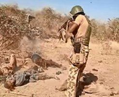 ボコ・ハラムのメンバーを処刑するナイジェリア兵士たち