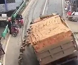 レンガを積んだトラックがスリップしてきて巻き込まれた男性たちが…