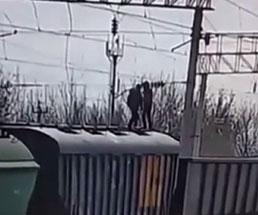 列車の上に乗った若い子が電線に触れてしまい即感電…