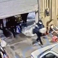 いきなり落ちてきた電動シャッターに潰される女性警察官