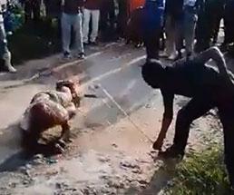 集団リンチされ身体を燃やされ苦しむ男性…