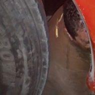 トラックのタイヤに下半身を潰された状態でまだ生きているとか…