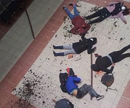 大学内で手すりが崩壊し生徒たちが落下するする事故が発生