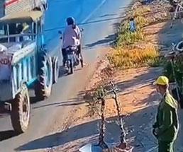 二人乗りしていたカップルがトラックによって…