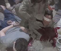 うつ伏せ拘束された男たちの首を掻っ切り大量出血!