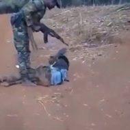 捕虜らしき男が怪我をして銃殺処刑される