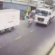 追い越しするトラックにバランスを崩したバイクが…