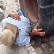 大型トラックのタイヤに下半身を潰されてる老人の姿が可哀想すぎる…