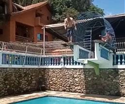 プールの飛び込み台でバランスを崩し後頭部から落下…