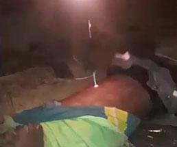 溶かしたプラスチックを身体に垂らされて拷問される男性