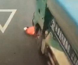 大型トラックに轢かれた女性がタイヤに引きずられてエグい…