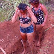 自分で穴を掘らされその中に死体を埋められる女性二人