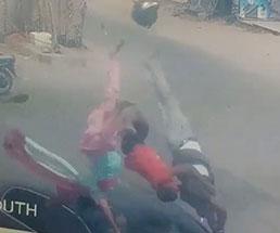 家族3人で乗ったバイクが車に撥ねられ宙を舞う…