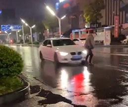 路上で動画なんか撮ってるから…