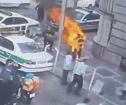 道路でガソリンを撒き散らしながら焼身自殺する男が迷惑過ぎる…