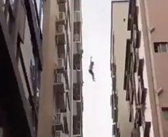 たくさんの人たちに見られながら飛び降りをする女性