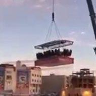 イベントの催しなのかクレーンで数十人が空中高く持ち上げられて…