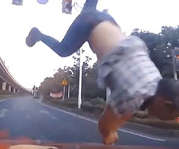 左折したらタイミング悪くバイクが突っ込んできて…