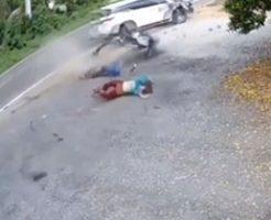 二人乗りバイクが自動車に正面からぶつけられたら…