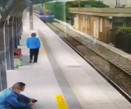 ホームに進入してくる電車に向かってタイミングよくジャンプ