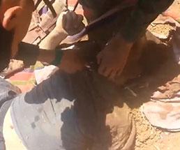 死体の首を切断してトロフィーとして掲げ上げる兵士