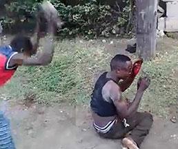 岩で殴りつけられ血を流す男性は何をしてしまったのか…