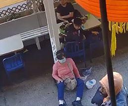 中国人の女性がニューヨークで男からの無差別パンチにノックダウン!