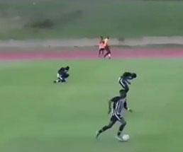 サッカーの試合中に選手が雷に打たれる瞬間が撮影される