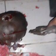 息絶えている黒人男性の死体に発砲する鬼畜なギャングたち