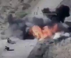 空爆され吹っ飛ぶタリバンの兵士たち