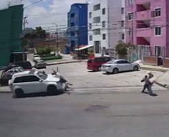 酔っ払いが運転する車に子供二人が轢き飛ばされる瞬間…