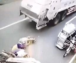 ゴミ収集車がバイクの運転手に確実な死を与える…