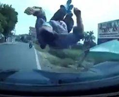 脇へ逸れた車が女性を轢き飛ばして大暴走…